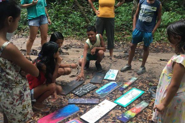 Pinturas de placa e passeio na floresta mapeando e aprendendo a cartografia. Créditos: Acervo CAJU 2019